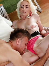 Mature blonde with a pale body gets banged by this MILF/GILF hunter